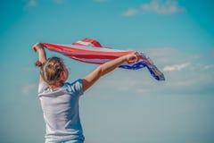 Πατριωτικές διακοπές Ευτυχές παιδί, χαριτωμένο λίγο κορίτσι παιδιών με τη αμερικανική σημαία Οι ΗΠΑ γιορτάζουν 4ο του Ιουλίου στοκ φωτογραφία με δικαίωμα ελεύθερης χρήσης