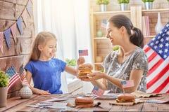 Πατριωτικές διακοπές οικογένεια ευτυχής Στοκ εικόνα με δικαίωμα ελεύθερης χρήσης