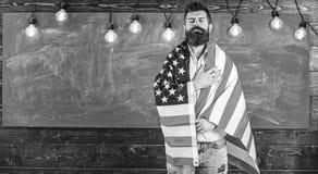 Πατριωτική έννοια εκπαίδευσης Ο δάσκαλος διδάσκει για να αγαπηθεί η πατρίδα, ΗΠΑ Άτομο με τη γενειάδα και mustache στο σοβαρό πρό στοκ εικόνες