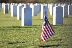 Πατριωτική αμερικανική σημαία στο νεκροταφείο Στοκ Φωτογραφίες