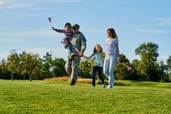 Πατριωτική οικογένεια με τις αμερικανικές σημαίες Στοκ Φωτογραφία