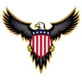 Πατριωτικός αμερικανικός αετός, φτερά που διαδίδονται, ασπίδα εκμετάλλευσης Στοκ Φωτογραφίες