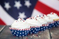 Πατριωτικός 4ος του εορτασμού Ιουλίου ή ημέρας μνήμης cupcakes στοκ εικόνες