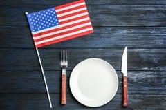 Πατριωτικός πίνακας που θέτει με την ΑΜΕΡΙΚΑΝΙΚΗ σημαία στο ξύλινο υπόβαθρο στοκ φωτογραφία με δικαίωμα ελεύθερης χρήσης