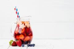 Πατριωτικός πιείτε το κοκτέιλ με τη φράουλα, το βακκίνιο και το μήλο για 4ο του κόμματος Ιουλίου στοκ φωτογραφία