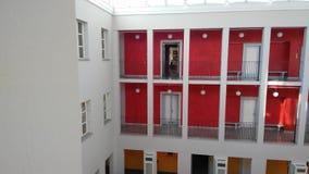 Πατώματα βιβλιοθήκης με τα παράθυρα και πόρτες Στοκ φωτογραφία με δικαίωμα ελεύθερης χρήσης