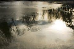 Παφλασμοί του νερού στο ηλιοβασίλεμα στοκ φωτογραφία με δικαίωμα ελεύθερης χρήσης