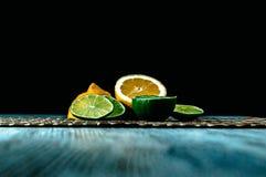 Παφλασμός ασβέστη και λεμονιών με τον πάγο και κάποιο νερό detox στοκ εικόνες με δικαίωμα ελεύθερης χρήσης
