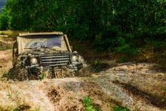 Παφλασμός λάσπης και νερού στον πλαϊνό αγώνα Αποστολή offroader Λάστιχο εγκαυμάτων αγωνιστικών αυτοκινήτων έλξης ακραίος αυτοκίνη στοκ φωτογραφία με δικαίωμα ελεύθερης χρήσης