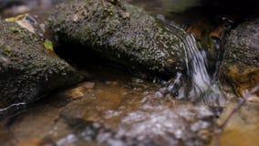 Παφλασμός νερού στον ποταμό Νερό στενό σε επάνω ποταμών με τις φυσαλίδες Φυσαλίδες νερού που επιπλέουν στην επιφάνεια της κινηματ Στοκ Φωτογραφίες