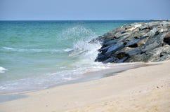 Παφλασμοί νερού στην παραλία το απόγευμα στον ηλιόλουστο καιρό Στοκ Εικόνα