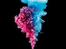 Παφλασμοί χρώματος του μελανιού που απομονώνονται στο μαύρο υπόβαθρο Αφηρημένο χρώμα στην κίνηση νερού Στροβιλιμένος ζωηρόχρωμες  Στοκ εικόνα με δικαίωμα ελεύθερης χρήσης
