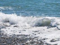 Παφλασμός κυμάτων στην παραλία χαλικιών Στοκ εικόνα με δικαίωμα ελεύθερης χρήσης