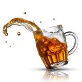 Παφλασμός μπύρας στο γυαλί που απομονώνεται στο λευκό στοκ εικόνες