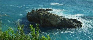 Παφλασμός νερού στο βράχο απόθεμα βίντεο