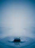 παφλασμός πτώσης νερού με την ομαλή καθαρή σύνθεση εστίασης aqua μαλακή Στοκ Φωτογραφία