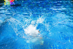 Παφλασμός στην πισίνα από το νερό άλματος παιδιών ` s Στοκ Εικόνες