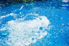 Παφλασμός στην πισίνα από το νερό άλματος παιδιών ` s Στοκ φωτογραφία με δικαίωμα ελεύθερης χρήσης