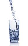 Παφλασμός στο ποτήρι του μπλε νερού με την αντανάκλαση Στοκ Εικόνα