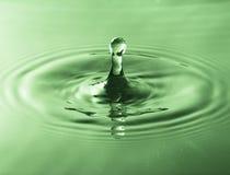 Παφλασμός του νερού από το μειωμένο πράσινο φίλτρο πτώσης Στοκ φωτογραφία με δικαίωμα ελεύθερης χρήσης