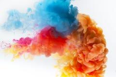 Παφλασμός χρωμάτων σε ένα άσπρο υπόβαθρο Στοκ Φωτογραφία
