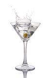 Παφλασμός martini στο ποτήρι του άσπρου διαφανούς οινοπνευματώδους ποτού κοκτέιλ με την ελιά Στοκ Εικόνα