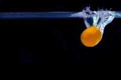 Παφλασμός tangerine στο νερό ψυγείο φρεσκάδας πεδίων αγελάδων έννοιας μέσα Στοκ Εικόνες