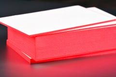 Παχιά άσπρη χλεύη επαγγελματικών καρτών εγγράφου βαμβακιού επάνω με τις κόκκινες χρωματισμένες άκρες Κενό πρότυπο επαγγελματικών  Στοκ φωτογραφία με δικαίωμα ελεύθερης χρήσης