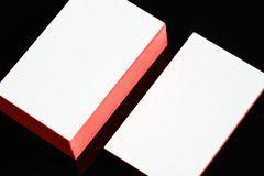 Παχιά άσπρη χλεύη επαγγελματικών καρτών εγγράφου βαμβακιού επάνω με τις κόκκινες χρωματισμένες άκρες Κενό πρότυπο επαγγελματικών  Στοκ εικόνα με δικαίωμα ελεύθερης χρήσης
