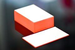 Παχιά άσπρη χλεύη επαγγελματικών καρτών εγγράφου βαμβακιού επάνω με τις κόκκινες χρωματισμένες άκρες Κενό πρότυπο επαγγελματικών  Στοκ Εικόνες