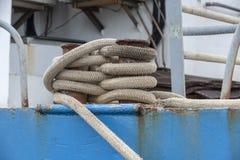 Παχιά γραμμή που εξασφαλίζει το αλιευτικό σκάφος που ελλιμενίζει στοκ εικόνα με δικαίωμα ελεύθερης χρήσης