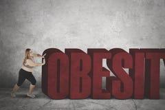 Παχιά γυναίκα με τη λέξη παχυσαρκίας Στοκ φωτογραφίες με δικαίωμα ελεύθερης χρήσης