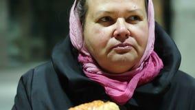 Παχιά γυναίκα που απολαμβάνει το λιπαρό χοτ-ντογκ, που υφίσταται τη διατροφική διαταραχή, που κερδίζει το βάρος απόθεμα βίντεο