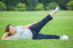 Παχιά γυναίκα που βρίσκεται από το πόδι άσκησης προς τα πάνω Στοκ φωτογραφίες με δικαίωμα ελεύθερης χρήσης