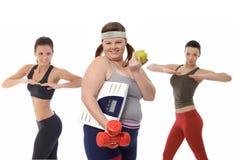 Παχιά γυναίκα στη διατροφή που κάνει την άσκηση ικανότητας Στοκ Φωτογραφία