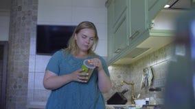 Παχιά κουζίνα γυναικών απόθεμα βίντεο