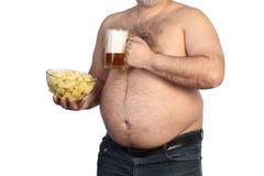 Παχιά μπύρα, τσιπ και TV εκμετάλλευσης ατόμων μακρινές Στοκ Εικόνες