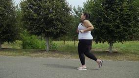 Παχιά τρεξίματα κοριτσιών κατά μήκος του δρόμου απόθεμα βίντεο