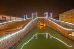 Παχνί Χριστουγέννων κάτω από την αρχαία γέφυρα Στοκ Εικόνες
