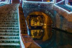 Παχνί Χριστουγέννων κάτω από την αρχαία γέφυρα Στοκ εικόνες με δικαίωμα ελεύθερης χρήσης