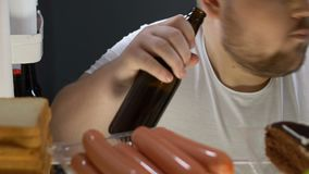 Παχουλό μπουκάλι μπύρας ανοίγματος αγάμων από το ψυγείο και κατανάλωση, ανθυγειινή διατροφή φιλμ μικρού μήκους