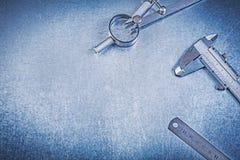 Παχυμετρικός διαβήτης βερνιέρων κυβερνητών διαιρετών κατασκευής μετάλλων στη μεταλλική ΤΣΕ Στοκ Εικόνα