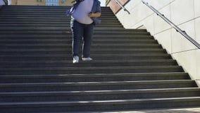Παχύς άνδρας σπουδαστής που περπατά κάτω, προβλήματα του υπερβολικού βάρους μεταξύ των νέων φιλμ μικρού μήκους