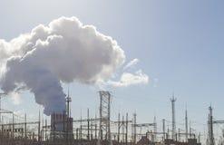 Παχύς άσπρος καπνός από την καπνοδόχο ενός πυρηνικού σταθμού Υψηλής τάσεως στοκ φωτογραφία με δικαίωμα ελεύθερης χρήσης