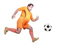 Παχύς ποδοσφαιριστής που κλωτσά τη σφαίρα Στοκ Φωτογραφίες