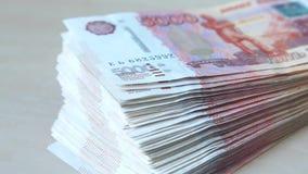Παχύς σωρός των ρωσικών τραπεζογραμματίων 5000 ρουβλιών απόθεμα βίντεο