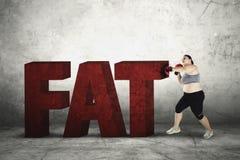 Παχύσαρκη γυναίκα που συντρίβει την παχιά λέξη Στοκ Φωτογραφία