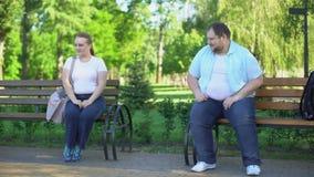 Παχύσαρκοι άνθρωποι που εξοικειώνουν συγκρατημένα, εύθυμος, που φλερτάρουν καταρχάς συνανμένος απόθεμα βίντεο