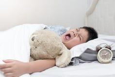 Παχύσαρκοι παχιοί χασμουρητό και ύπνος αγοριών το πρωί Στοκ φωτογραφία με δικαίωμα ελεύθερης χρήσης