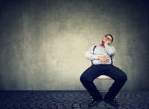 Παχύσαρκο άτομο αφηρημάδας που είναι οκνηρό στοκ φωτογραφία